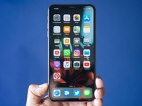 郭台铭手上拿的是iPhone XI?可能性不高